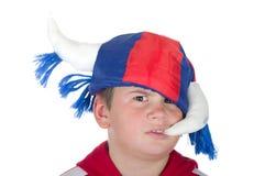 Rapaz pequeno ofendido em um capacete do ventilador imagem de stock royalty free