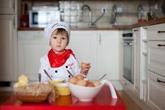 Rapaz pequeno, ovos colorindo para a Páscoa Imagens de Stock