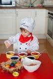 Rapaz pequeno, ovos colorindo para a Páscoa Imagem de Stock