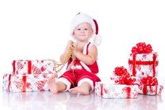 Rapaz pequeno Papai Noel com presentes do Natal Foto de Stock