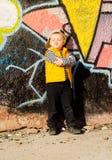 Rapaz pequeno pernicioso que enruga seus bordos Fotografia de Stock Royalty Free