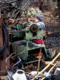 Rapaz pequeno perto da sucata do metal Fotografia de Stock Royalty Free