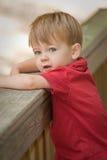 Rapaz pequeno por trilhos da cerca Imagens de Stock Royalty Free