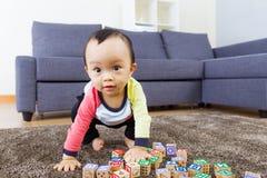 Rapaz pequeno pronto para saltar Fotos de Stock Royalty Free