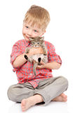 Rapaz pequeno que abraça um gatinho Isolado no fundo branco Fotografia de Stock Royalty Free