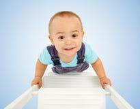 Rapaz pequeno que anda na escada Fotografia de Stock Royalty Free