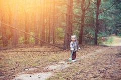 Rapaz pequeno que anda na floresta fotografia de stock royalty free