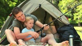 Rapaz pequeno que aprende como pescar video estoque