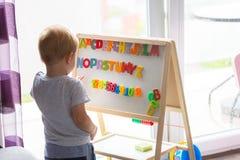 Rapaz pequeno que aprende o alfabeto Foto de Stock Royalty Free