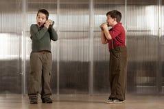 Rapaz pequeno que começ mensagem chocante no pho da lata de estanho Fotografia de Stock