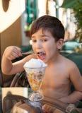 Rapaz pequeno que come o gelado Fotografia de Stock Royalty Free