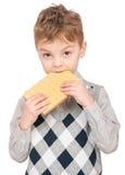 Rapaz pequeno que come o waffle foto de stock