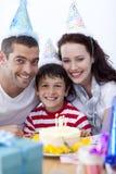 Rapaz pequeno que comemora seu aniversário Foto de Stock Royalty Free