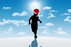 Rapaz pequeno que corre no chapéu vermelho no fundo do inverno Imagem de Stock Royalty Free