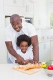 Rapaz pequeno que cozinha com seu pai Imagens de Stock