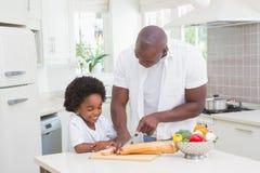 Rapaz pequeno que cozinha com seu pai Fotografia de Stock