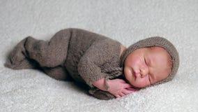 Rapaz pequeno que dorme na pose do embrião video estoque