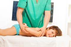 Rapaz pequeno que encontra-se no sofá da massagem imagens de stock royalty free