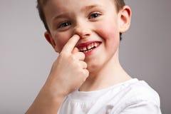 Rapaz pequeno que escolhe seu nariz Fotografia de Stock Royalty Free
