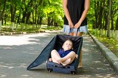 Rapaz pequeno que espera com sua mãe Imagens de Stock Royalty Free