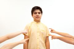 Rapaz pequeno que está apenas e que sofre um ato de tiranizar fotos de stock royalty free