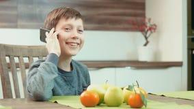 Rapaz pequeno que fala no telefone filme