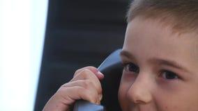 Rapaz pequeno que fala no telefone no escritório Fim acima filme