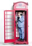 Rapaz pequeno que fala pelo telefone no telefone inglês Fotos de Stock