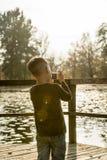 Rapaz pequeno que fotografa a natureza com uma câmera compacta fora a Fotografia de Stock