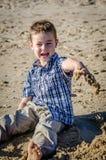 Rapaz pequeno que goofing ao redor Imagens de Stock