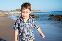 Rapaz pequeno que goofing ao redor Fotografia de Stock