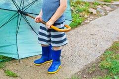Rapaz pequeno que guarda o guarda-chuva verde fotografia de stock royalty free