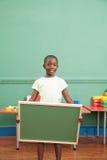 Rapaz pequeno que guarda um balckboard Fotos de Stock