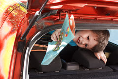 Rapaz pequeno que guarda o livro para colorir Fotografia de Stock