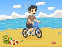Rapaz pequeno que joga a bicicleta nos desenhos animados da praia Foto de Stock