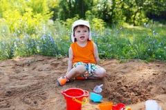 Rapaz pequeno que joga com areia Fotografia de Stock Royalty Free