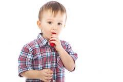 Rapaz pequeno que joga com as esferas infláveis coloridas Imagens de Stock