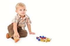 Rapaz pequeno que joga com baubles foto de stock royalty free