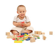 Rapaz pequeno que joga com blocos Foto de Stock