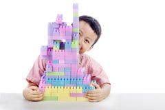 Rapaz pequeno que joga com blocos Fotografia de Stock Royalty Free