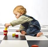 Rapaz pequeno que joga com blocos de apartamentos Imagem de Stock Royalty Free