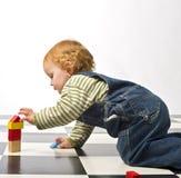 Rapaz pequeno que joga com blocos de apartamentos Imagens de Stock Royalty Free