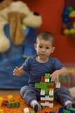 Rapaz pequeno que joga com blocos do brinquedo fotografia de stock royalty free