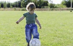 Rapaz pequeno que joga com bola Imagens de Stock