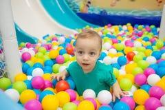 Rapaz pequeno que joga com bolas Fotografia de Stock