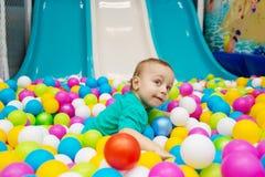Rapaz pequeno que joga com bolas Fotos de Stock