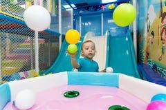 Rapaz pequeno que joga com bolas Imagem de Stock