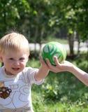 Rapaz pequeno que joga com esfera Fotografia de Stock Royalty Free