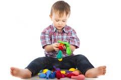 Rapaz pequeno que joga com esferas infláveis Foto de Stock Royalty Free