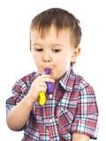 Rapaz pequeno que joga com esferas infláveis Imagens de Stock